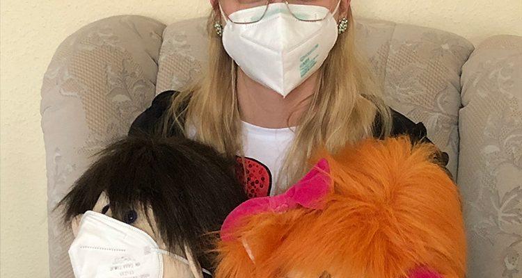 Unsere Praktikantin Alena und unsere beiden Kumquats-Puppen Hanni und Pauline sind gut gegen Corona gerüstet.